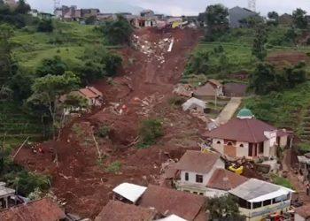 Kejadian bencana alam tanah longsor di Desa Cihanjuang, Kecamatan Cimanggung, Kabupaten Sumedang, Jawa Barat, Sabtu (9/1). FOTO: Screenshot BNPB