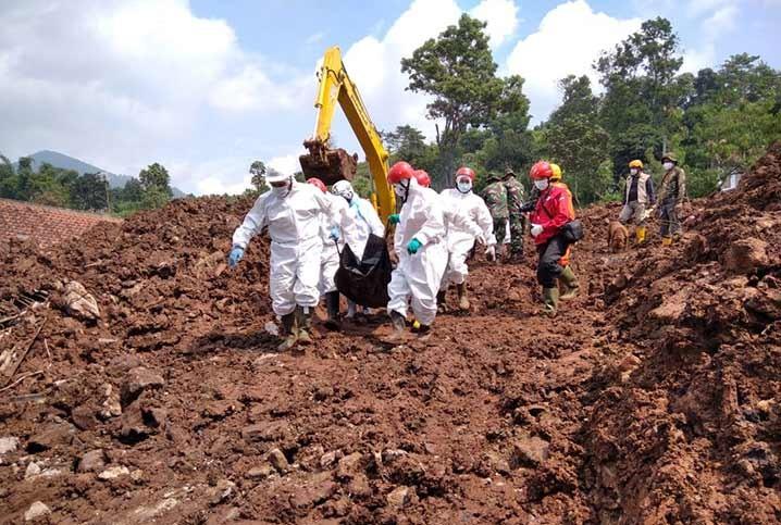 Evakuasi korban tanah longsor di Desa Cihanjuang, Kecamatan Cimanggung,  Kabupaten Sumedang, Jawa Barat Selasa (12/1). FOTO: BASARNAS