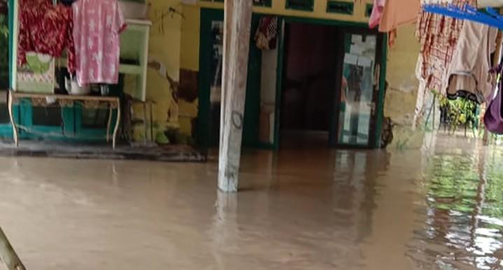 Lebih dari 3.500 keluarga mengungsi akibat banjir yang melanda 17 kecamatan di Kabupaten Karawang, Jawa Barat. FOTO: BPBD Kabupaten Karawang/BNPB