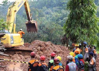 Proses pencarian korban longsor menggunakan alat berat jenis eskavator di Desa Ngetos, Kabupaten Nganjuk, Jawa Timur, Rabu (17/2). FOTO: BNPB