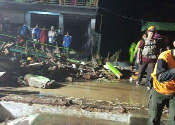 Tim Reaksi Cepat BPBD Kabupaten Pasuruan melakukan penanganan darurat terdampak banjir pada Rabu (3/2). FOTO: BPBD Kabupaten Pasuruan/BNPB