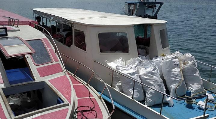 Ratusan karung sampah berupa plastik dikumpulkan berbagai pihak dalam kegiatan penanganan sampah di Pulau Bunaken. FOTO: KSDAE
