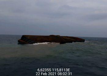 Kapal tongkang Star Marine 3028 kandas di Kepulauan Kangean. FOTO: DITJEN HUBLA