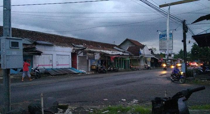 Kerusakan rumah yang dialami warga Desa Sraten, Kecamatan Cluring, Kabupaten Bayuwangi karena angin puting beliung Jumat (5/2) pukul 16.00. FOTO: BPBD Kabupaten Banyuwangi/BNPB