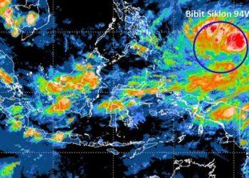 Citra satelit yang menunjukkan adanya pertumbuhan bibit siklon tropis 94W (lingkaran biru) di Samudera Pasifik utara Papua, Senin (12/4). BMKG/BNPB