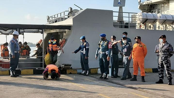 ABK Bandar Nelayan 188 tiba dengan selamat diantar Kapal Perang AL Australia HMAS ANZAC melalui Pelabuhan Tanjung Benoa, Bali, Jumat (21/5) pagi. FOTO: KEMLU