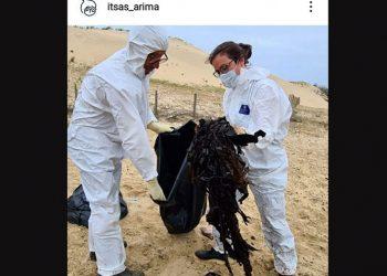 Plastik yang ditemukan dari perut perut berparuh cuvier (Cuvier's beaked whales) yang mati terdampar di pantai barat Prancis. FOTO: ITSAS ARIMA