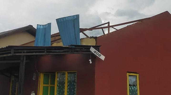 Salah satu rumah warga terdampak angin puting beliung di Kecamatan Gambut, Kabupaten Banjar, Provinsi Kalimantan Selatan, Jumat (28/5) pukul 14.59. FOTO: BPBD Kabupaten Banjar/BNPB