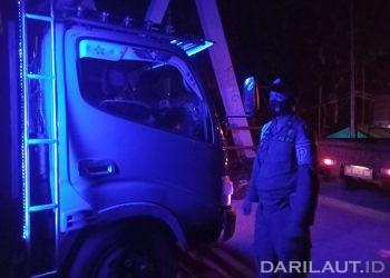 Petugas memeriksa kendaraan yang melintasi perbatasan dari Gorontalo ke Sulawesi Utara. FOTO: DARILAUT.ID