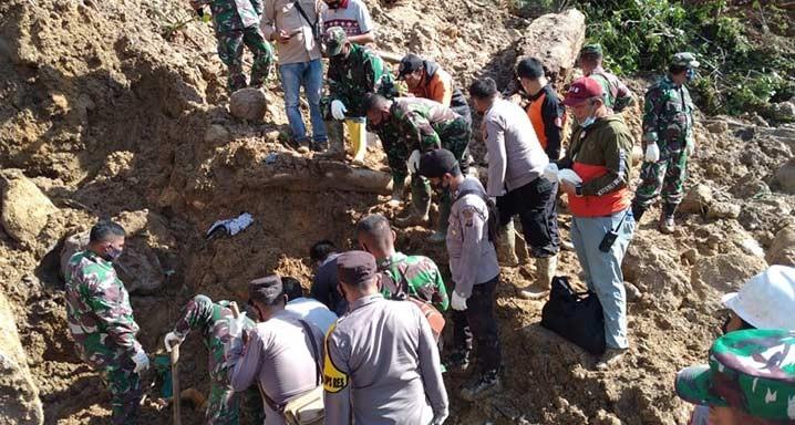 Tanah longsor terjadi di Desa Muara Hutaraja, Kecamatan Batang Toru, Kabupaten Tapanuli Selatan, Sumatera Utara, Kamis (29/4). FOTO: BPBD Tapanuli Selatan/BNPB