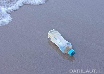 Sampah plastik terbawa gelombang dan arus ke pantai. DARILAUT.ID