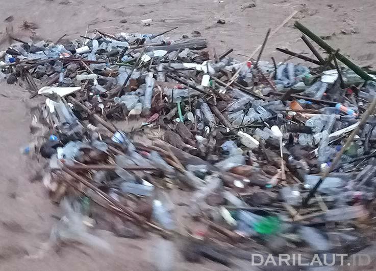 Ketika terjadi banjir, sampah plastik yang berserakan di daratan dan dekat sungai akan masuk dalam badan sungai. FOTO: DARILAUT.ID