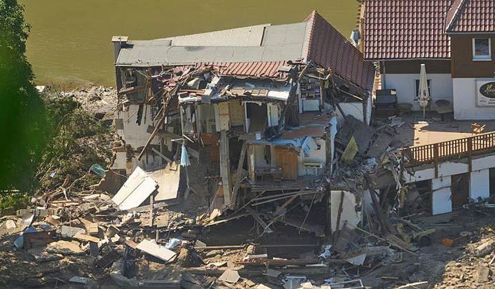 Sebuah rumah hancur total setelah banjir di Marienthal, Jerman.   FOTO: Thomas Frey/dpa via AP/EURONEWS.COM
