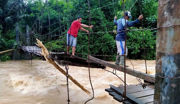 Kondisi jembatan rusak akibat banjir yang terjadi di Kabupaten Bulukumba, Sulawesi Selatan, Jumat (9/7). BPBD Kabupaten Bulukumba/BNPB