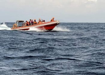Tim SAR gabungan menemukan satu jenazah korban kapal penumpang KMP Yunicee, Sabtu (3/7) di perairan Cekik, Jembrana. FOTO: BASARNAS