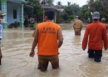 BPBD Kabupaten Asahan dan masyarakat melakukan peninjauan lapangan pada lokasi banjir yang terjadi di Kabupaten Asahan, Sumatera Utara, Senin (16/8). FOTO: BPBD Kabupaten Asahan/BNPB