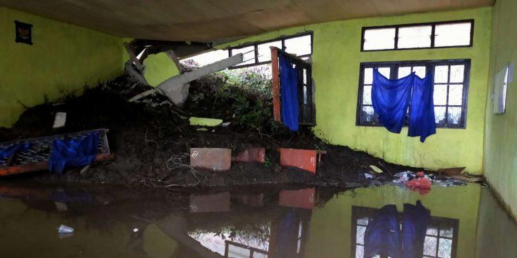 Salah satu ruang kelas Sekolah Menengah Kejuruan (SMK) 7 di Kecamatan Kelimutu, Kabupaten Ende, Provinsi Nusa Tenggara Timur mengalami rusak berat akibat tertimbun longsor pada Minggu (1/8). FOTO: BPBD Kabupaten Ende