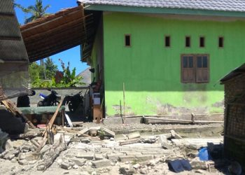 Salah satu rumah warga yang terdampak gempa bumi dengan magnitudo (M)5,8 di Kabupaten Tojo Una-Una, Sulawesi Tengah, Kamis (26/8).  FOTO: ISTIMEWA/BNPB