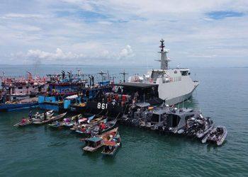 Kegiatan vaksinasi Covid-19 bagi nelayan sedang melaut di di tengah laut di perairan Tanjungpinang Kepulauan Riau yang digelar oleh Pangkalan Utama TNI Angkatan Laut IV Tanjungpinang, Sabtu (21/8). FOTO: TNIAL.MIL.ID