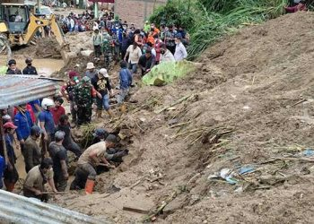 Evakuasi korban tanah longsor oleh tim gabungan di Kecamatan Kabanjahe, Kabupaten Karo, Sumatera Utara, Jumat (27/8).  FOTO: BPBD Kabupaten Karo/BNPB