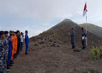 Pengibaran Sang Saka Merah Putih dalam rangka memperingati HUT Proklamasi kemerdekaan RI ke-76 di puncak Gunung Gamalama Ternate. FOTO: TNIAL.MIL.ID