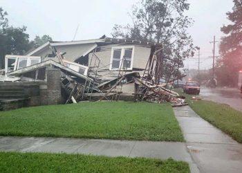 Sebuah rumah hancur saat Badai Ida melintasi di New Orleans, pada Minggu, 29 Agustus 2021.  FOTO: Departemen Pemadam Kebakaran New Orleans/WEATHER.COM
