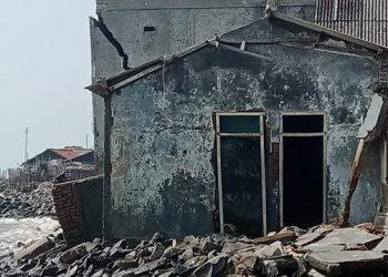 Abrasi pantai mengakibatkan sebanyak 177 unit rumah warga di Desa Cemara Jaya, Kabupaten Karawang, Jawa Barat, rusak, Senin (16/8). FOTO: BPBD Kabupaten Karawang/BNPB