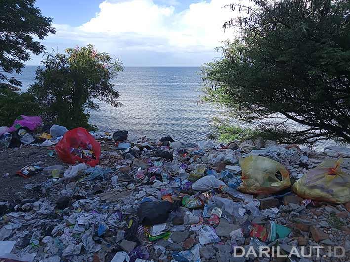 Tumpukan sampah plastik di pinggiran pantai Kota Gorontalo, Selasa (3/8). FOTO: DARILAUT.ID