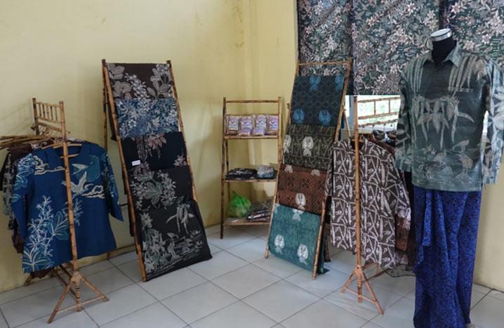 Produk unggulan masyarakat Kelurahan Mangunharjo berupa batik motif ekosistem mangrove dan kerupuk udang. FOTO:  Nugroho Arif Prabowo/YKAN)