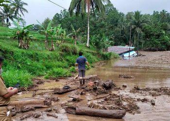 Material lumpur yang terbawa saat terjadi banjir bandang di Kabupaten Minahasa Tenggara, Sulawesi Utara, Senin (20/9). FOTO: BPBD Minahasa Tenggara/BNPB