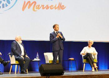 Presiden Prancis Emmanuel Macron membuka panel diskusi didampingi Presiden Bank Sentral Eropa Christine Lagarde dan Wakil Presiden Komisi Eropa Frans Timmermans. FOTO: IUCN