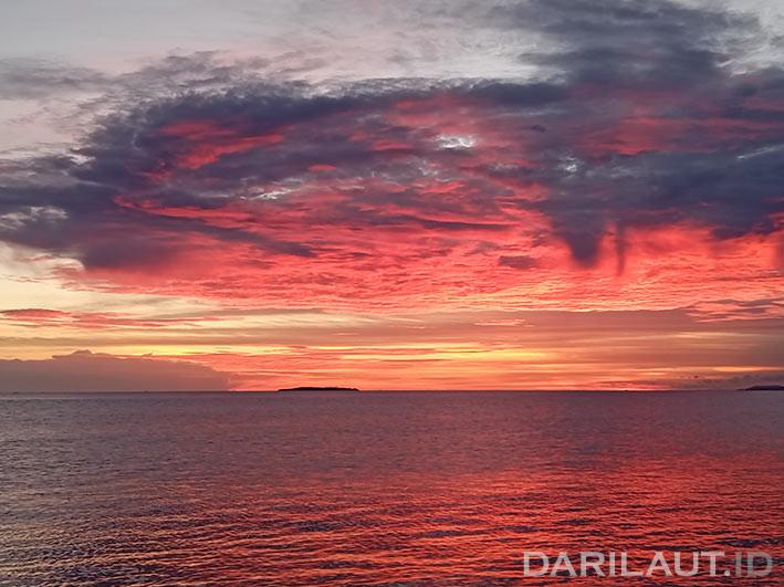 Sunset di Teluk Tomini, Gorontalo. FOTO: DARILAUT.ID