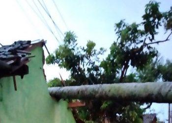 Kondisi rumah yang rudak karena diterjang angin kencang di Kecamatan Pabelan, Kota Semarang, Kamis (21/10). FOTO: BPBD Kota Semarang/BNPB