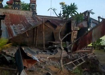 Rumah roboh dampak dari gempa bumi dengan magnitudo 4,8 di Karangasem, Sabtu (16/10). FOTO: BPBD Provinsi Bali/BNPB